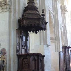 Chaire à prêcher et son riche abat-voix, de décoration classique